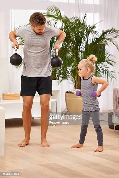 すぐに私のことをより強くダディ - kids weightlifting ストックフォトと画像