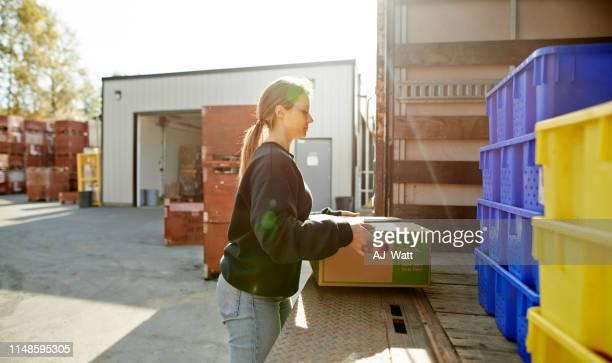 すぐ近くのお店で見られるように - 積荷を降ろす ストックフォトと画像