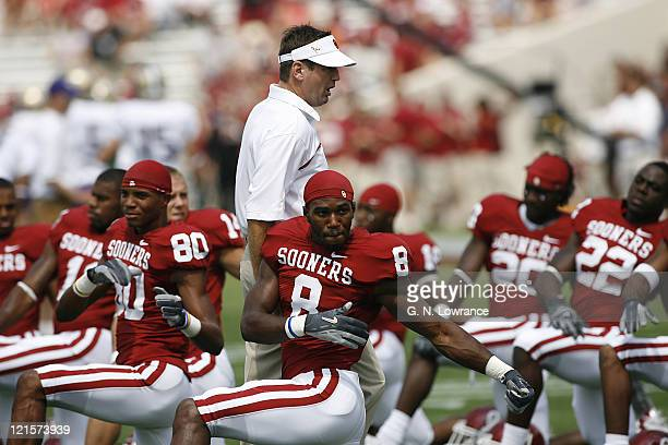 Sooner head coach Bob Stoops encourages the team as they stretch out prior to action between the Washington Huskies and Oklahoma Sooners at Owen...