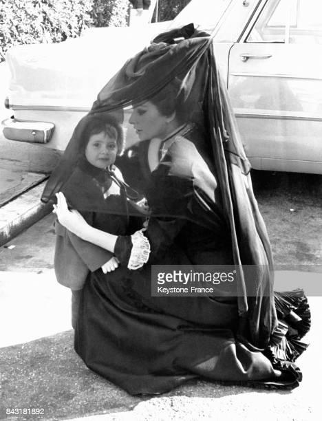 Sophia Loren avec sa nièce Alessandra Mussolini venue lui rendre visite sur le tournage du film 'Lady L' Italie en 1965