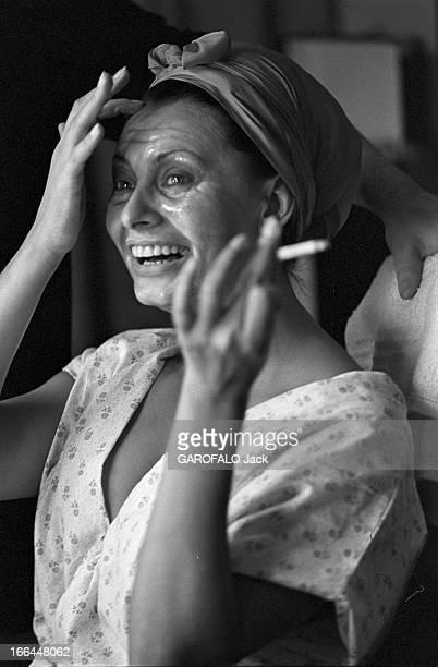 Sophia Loren Poses In Studio. 18 novembre 1964, séance de portraits en studio de l'actrice Sophia LOREN en costume de scène pour le film 'Lady L' de...