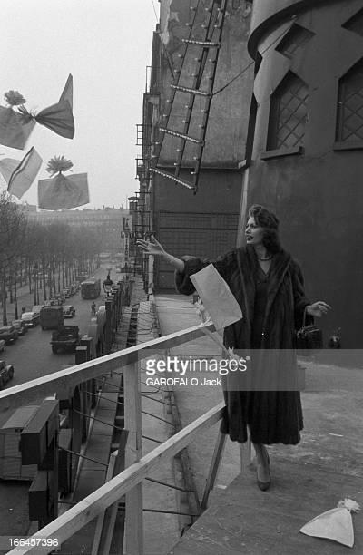 Sophia Loren Promotes Her Films France Paris 24 mars 1959 l'actrice italienne Sophia LOREN fait sensation lors de la tournée qu'elle effectue pour...