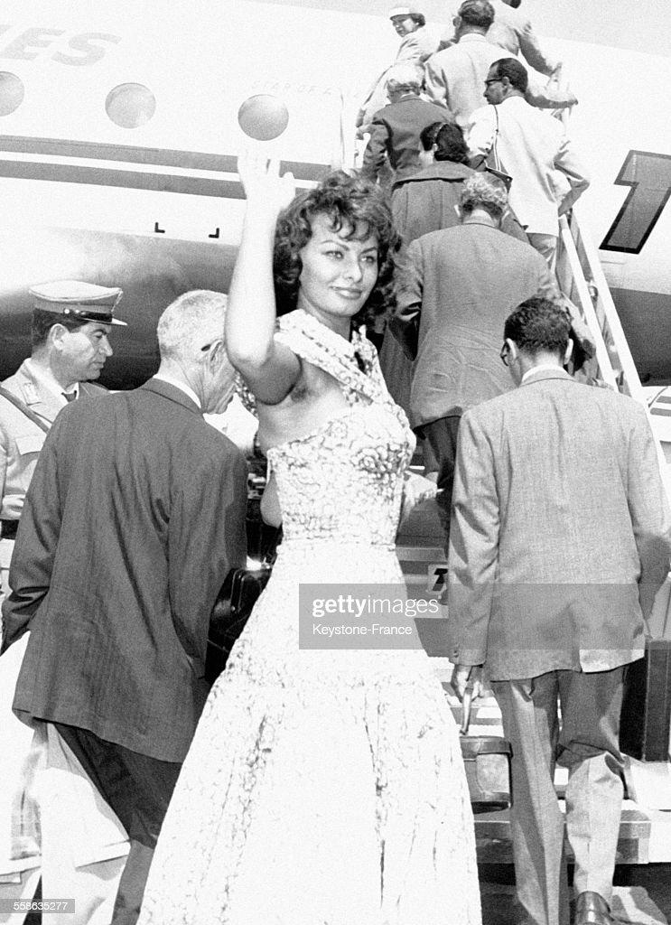 Sophia Loren Saluant Ses Admirateurs Avant De Monter Dans Un Avion : News Photo