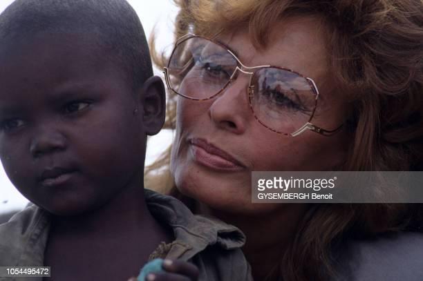 Sophia LOREN se rend dans le camp de BAIDOA en Somalie en tant qu'ambassadrice de l'ONU pour le Haut Commissariat aux Réfugiés le 23 novembre 1992