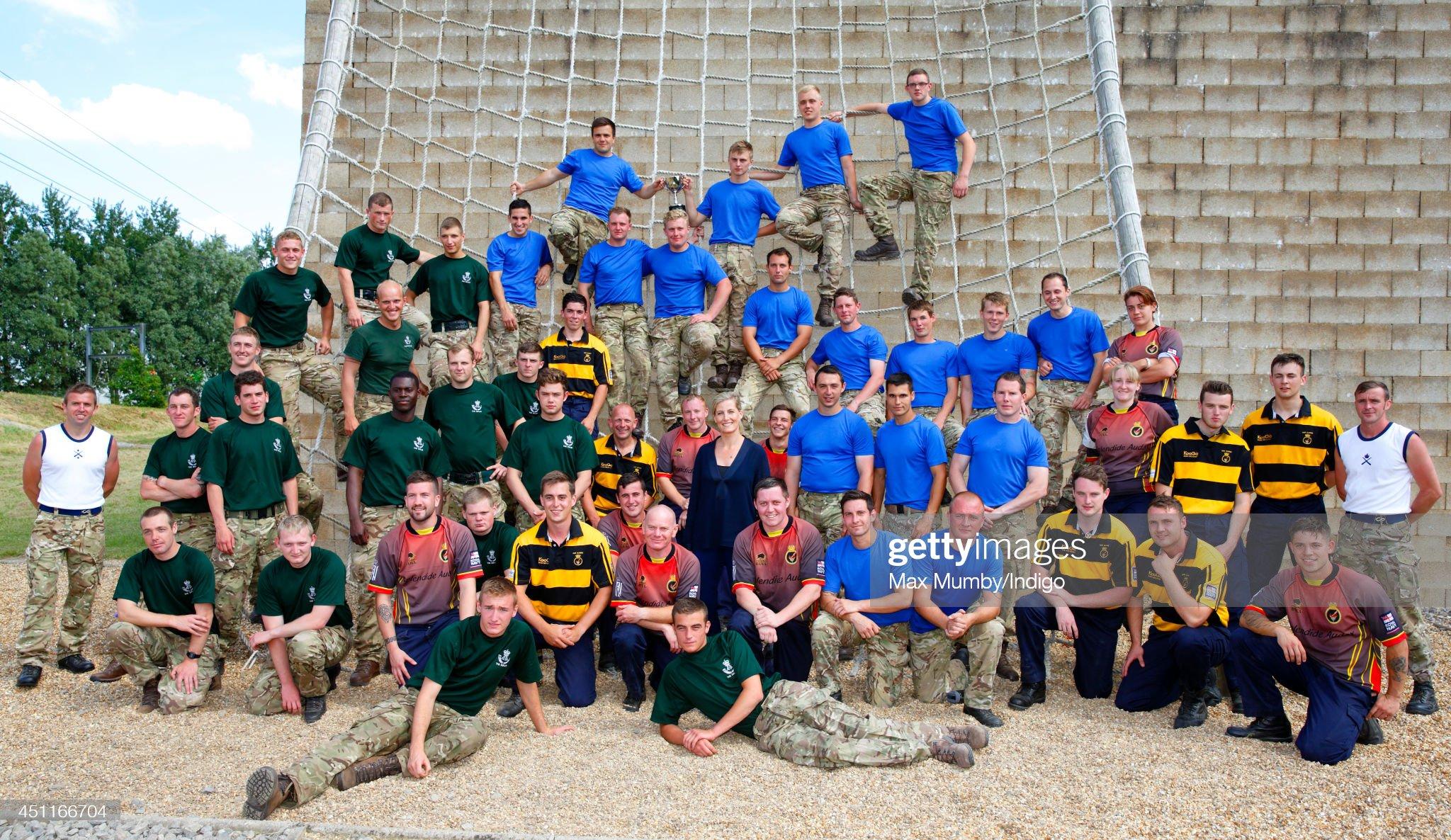 Софи, графиня Уэссекса, позирует для фотографии с командами из RAF Wittering и HMS Daring после соревнований на Кубок Уэссекса на HMS Collingwood 24 июня 2014 года в Фархэме, Англия.