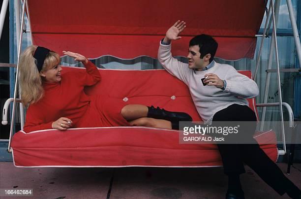 Sophie Daumier And Guy Bedos Paris octobre 1963 Sophie DAUMIER vêtue d'un pull à col roulé rouge un bandeau noir dans ses cheveux blonds et Guy BEDOS...