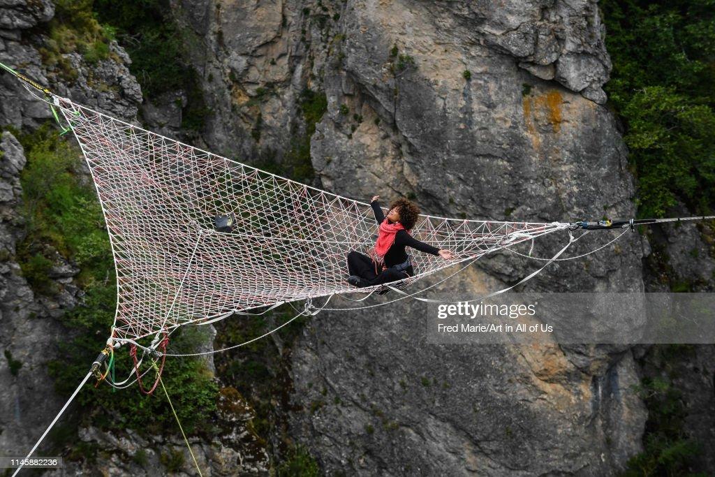 Sophie ducasse in a space net on the top of a cliff, Occitanie, Florac, France... : Photo d'actualité