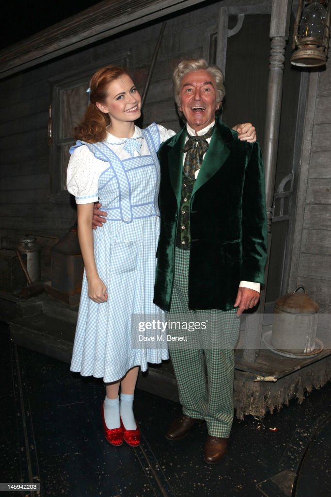 """Des O'Connor Performs In """"The Wizard of Oz"""" : News Photo"""