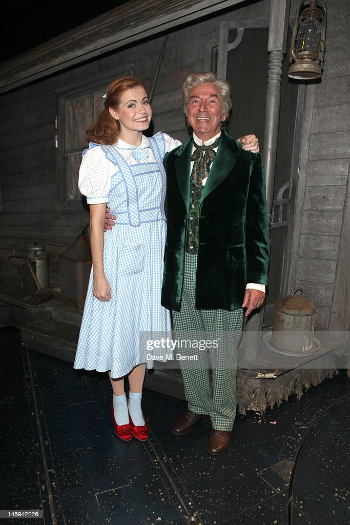 "Des O'Connor Performs In ""The Wizard of Oz"" : News Photo"