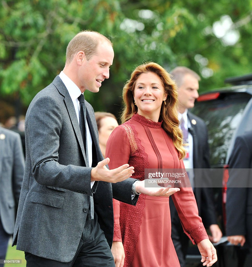 Sophie Gregoire Trudeau (R) talks with the Prince William the Duke of Cambridge on a tour of the Kitsilano Coast Guard Station for a first responders showcasein Vancouver, British Columbia on September 25, 2016. / AFP / Don MacKinnon