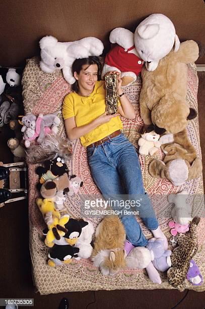 Sophie Marceau 1983 Cesar Hope For The Best Young Female Sceaux mars 1983 Sophie MARCEAU 16 ans chez ses parents souriante allongée sur son lit au...