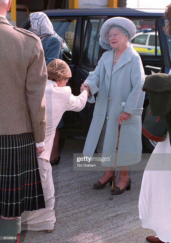 Sophie Curtsy Queen Mother : News Photo