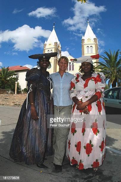Sophie Schütt mit zwei HereroFrauen St Marienkathedrale ZDF2Teiler 'Afrika Wohin mein Herz mich trägt' alter Titel 'Bushmans Paradise' Dreh in...