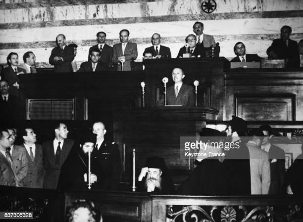 Sophoklis Venizélos à la tribune prononce un discours en bas on remarque l'archevêque d'Athènes à Athènes Grèce le 15 octobre 1951