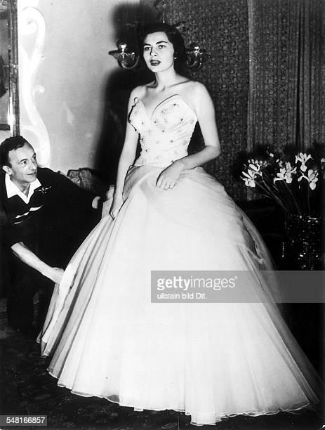Soraya *-+ Kaiserin von Persien 1951-1958, Iran - Ganzkoerperaufnahme, in einem Modellkleid aus weissem Organdy des Modeschoepfers Emilio Schuberth ,...