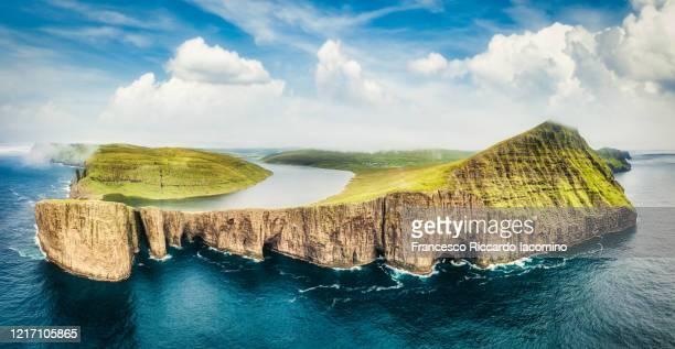 sorvagsvatn, leitisvatn lake hanging over the atlantic ocean, faroe islands. very unique aerial view panorama - islas faroe fotografías e imágenes de stock