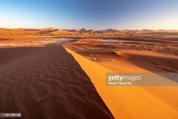 sossuvlei sand dunes at sun rise, namibia, 2018 - ナミブ砂漠 ストックフォトと画像