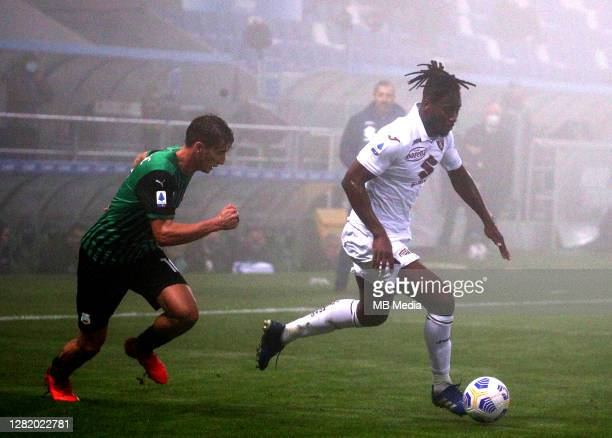 Souahilo Meite of Torino FC competes for the ball with Filip Djuricic of US Sassuolo during the Serie A match between US Sassuolo and Torino FC at...
