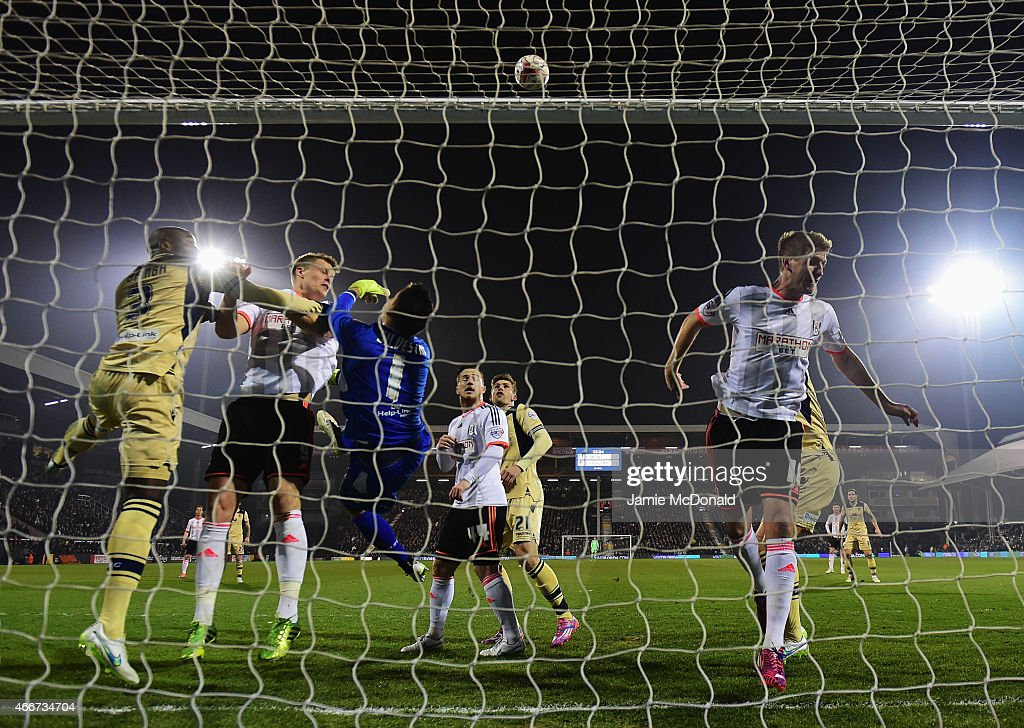 Souleymane Bamba (3) and goalkeeper Marco Silvestri of Leeds United defend their goal during the Sky Bet Championship match between Fulham and Leeds United at Craven Cottage on March 18, 2015 in London, England.