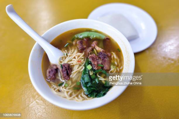 soup noodles with sirloin - provinz guangdong stock-fotos und bilder