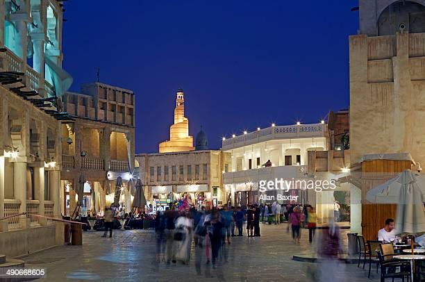 souq waqif and fanar tower in doha at night - doha - fotografias e filmes do acervo