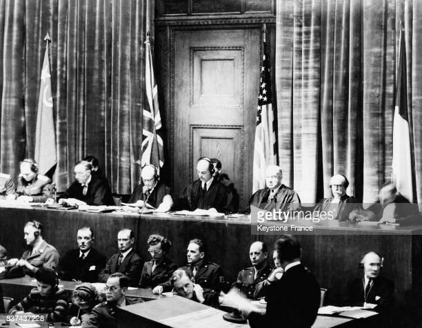 Sous la présidence de Sir Justice Lawrence les juges se sont assis devant les drapeaux de leurs patries respectives russe britannique américaine et...