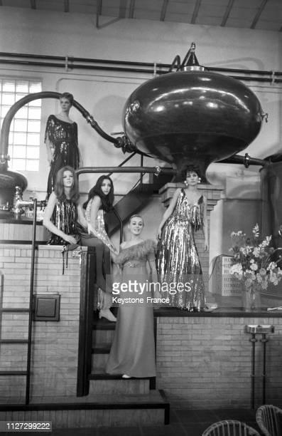 Sous un gigantesque alambic les mannequins de chez Lanvin présentent les nouveaux modèles au premier plan l'actrice Geneviève Grad à Paris France le...