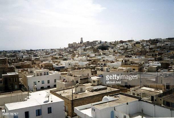 Blick vom Ribat auf die Stadt im Hintergrund die Kasbah April 1998