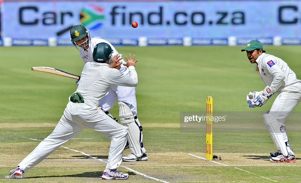 South Africa batsman Alviro Petersen (C), lines up a shot from Pakistan, bowler Mohammad Hafeez, on day two of the first Test match between South Africa and Pakistan, in Johannesburg at Wanderers Stadium on February 2, 2013.