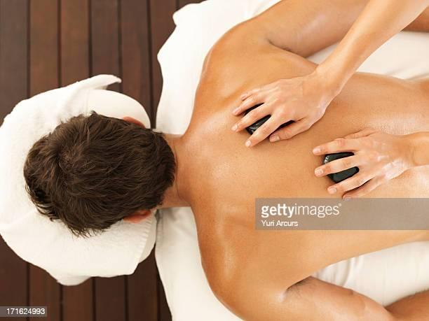 south africa, cape town, man getting stone massage in spa - masaje hombre fotografías e imágenes de stock