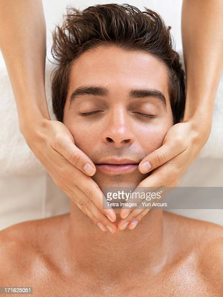 south africa, cape town, man receiving massage in spa - massage homme femme photos et images de collection