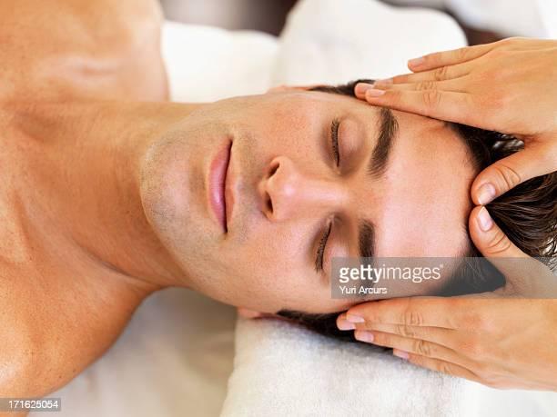 south africa, cape town, man receiving massage in spa - masaje hombre fotografías e imágenes de stock