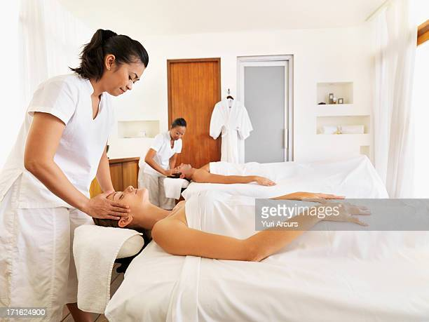 south africa, cape town, two people getting massage in spa - massage rooms photos et images de collection