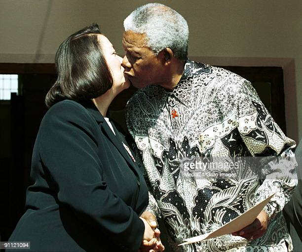 South Africa Gauteng Johannesburg Former president of South Africa Nelson Mandela thanks a representitive of Canada after receiveing one million...