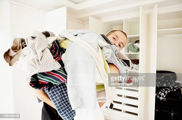 south africa, man standing with pile of laundry - pilha arranjo - fotografias e filmes do acervo