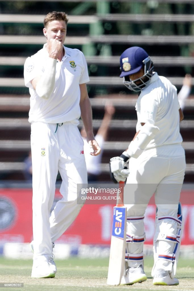 South African bowler Morne Morkel (L) celebrates the dismissal Indian batsman Ajinkya Rahane (R) during the first day of the third test match between South Africa and India at Wanderers cricket ground on January 24, 2018 in Johannesburg. /