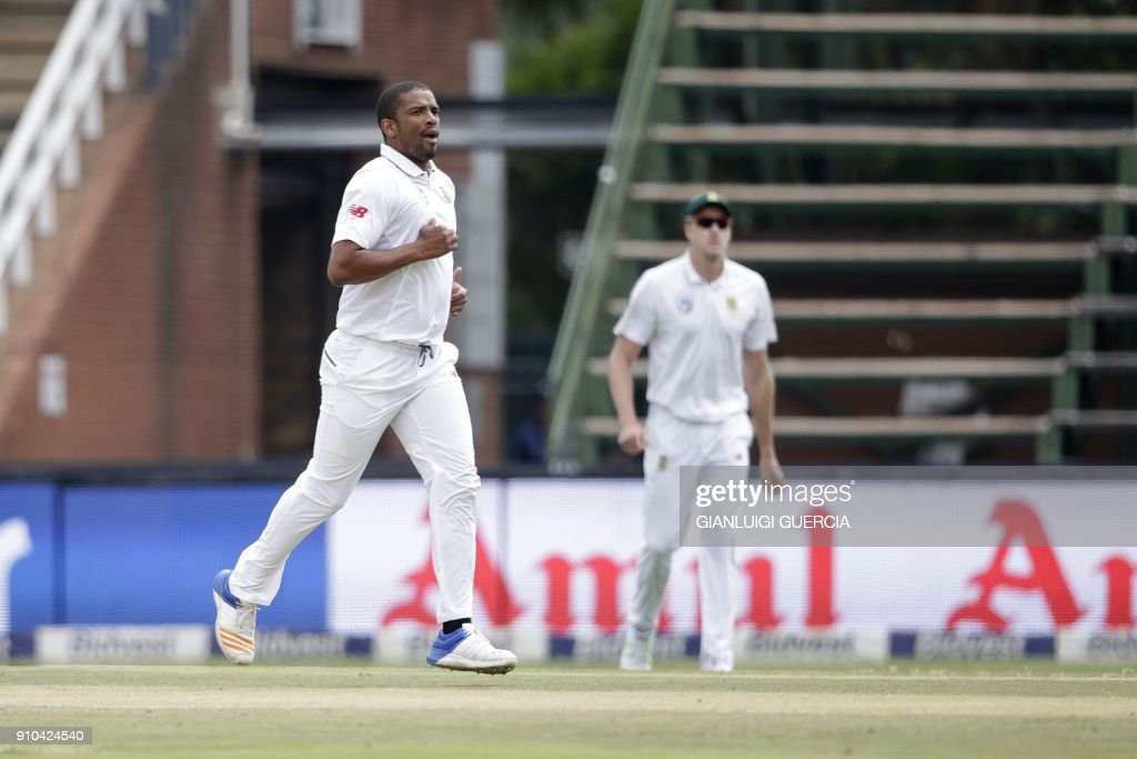 South African bowler Vernon Philander (L) celebrates the dismissal of Indian Batsman Lokesh Rahul (not in picture) during the third day of the third test match between South Africa and India at Wanderers cricket ground on January 26, 2018 in Johannesburg. /