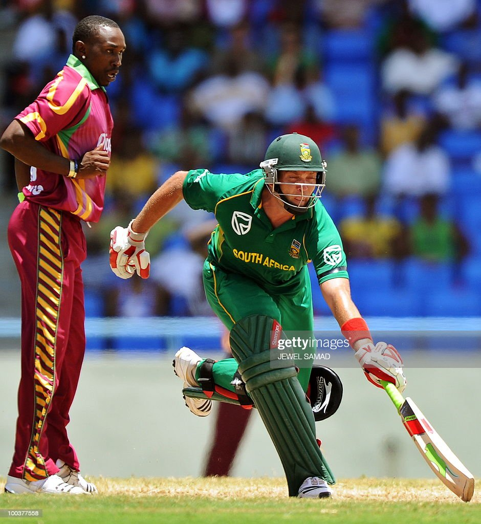 South African cricketer Jacques Kallis takes a run as West Indies bowler Dwayne Bravo looks on during the second One Day International match between West Indies and South Africa at the Sir Vivian Richards Stadium in St John's on May 24, 2010. AFP PHOTO/Jewel Samad