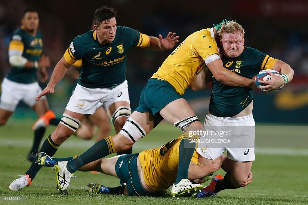 South African hooker and Captain Adriaan Strauss (R) vies with Australia's players during the Castle Lager Rugby Championship International test match between South Africa and Australia at Loftus Versfeld Stadium on October 1, 2016 in Pretoria. / AFP / GIANLUIGI