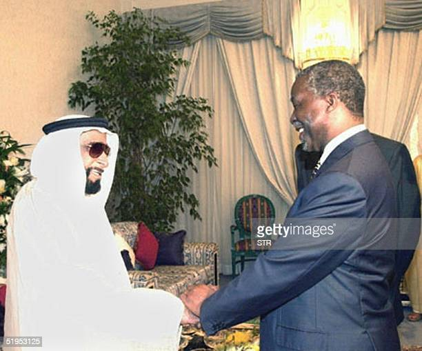 South African President Thabo Mbeki meets with His Emirati counterpart Sheikh Zayed bin Sultan alNahyan late 04 March 2000 in Abu Dhabi South Africa...