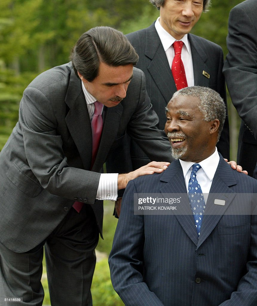 South African President Thabo Mbeki (R) speaks wit : News Photo
