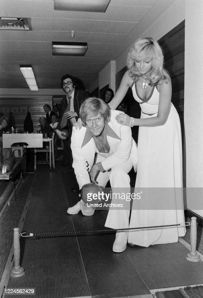 South African singer Howard Carpendale with his wife Claudia Herzfeld at a skittle alley im Hamburg Germany circa 1977