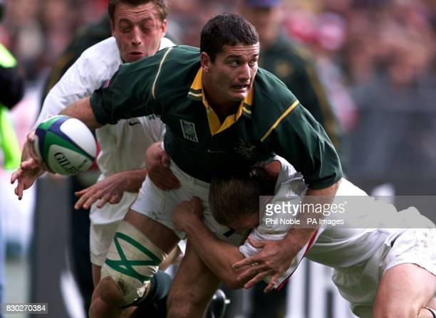 South African skipper Joost van der Westhuizen holds off England's Neil Back and Dan Luger during their Rugby World Cup quarter final match in Paris...