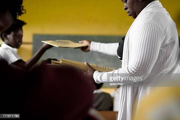 南アフリカの先生をしている手を彼女のスクール形式