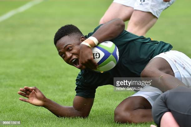 South Africa's center Wandisile Simelane scores a try during the World Rugby U20 Championship match South Africa vs Ireland at the Parc des sports et...