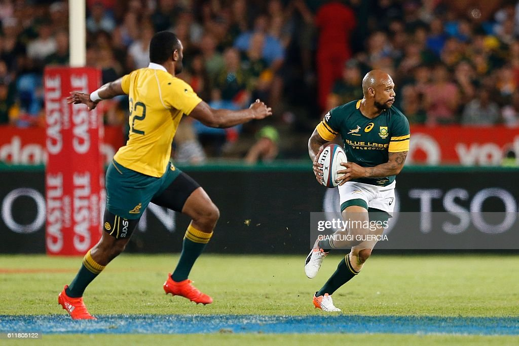 South Africa's centre Lionel Mapoe (R) runs with the ball during the Castle Lager Rugby Championship International test match between South Africa and Australia at Loftus Versfeld Stadium on October 1, 2016 in Pretoria. / AFP / GIANLUIGI