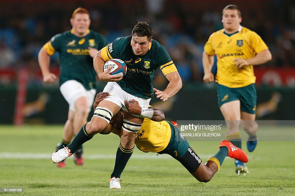 South Africa's flank Francois Louw (C) vies with Australia's players during the Castle Lager Rugby Championship International test match between South Africa and Australia at Loftus Versfeld Stadium on October 1, 2016 in Pretoria. / AFP / GIANLUIGI