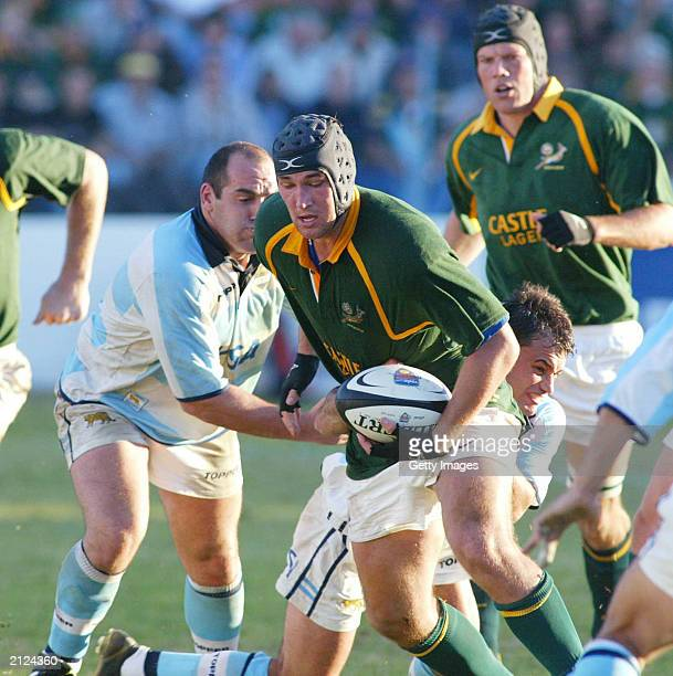 South Africa's Pedrie Wannenburg runs with the ball during the rugby test match between South Africa and Argentina June 28 2003 in Port Elizabeth...