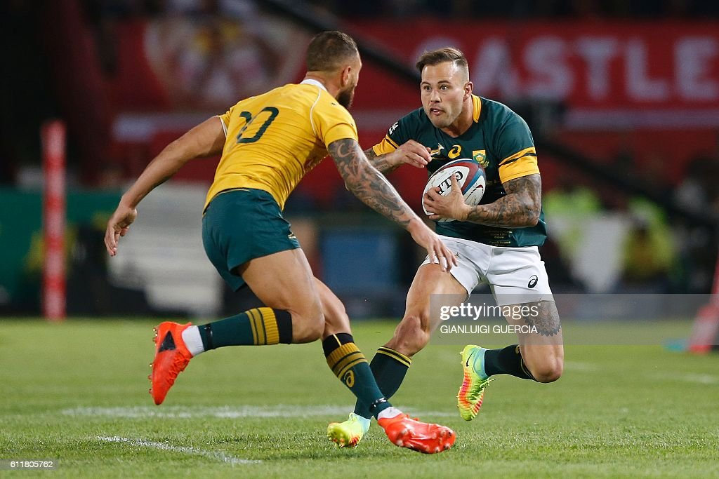 South Africa's wing Francois Hougaard (R) vies with Australia's flyhalf Quade Cooper during the Castle Lager Rugby Championship International test match between South Africa and Australia at Loftus Versfeld Stadium on October 1, 2016 in Pretoria. / AFP / GIANLUIGI