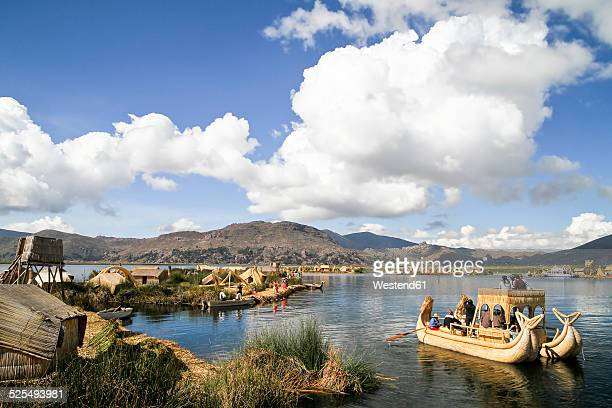 south america, peru, uros people living on the floating islands of the lake titicaca - lago titicaca fotografías e imágenes de stock